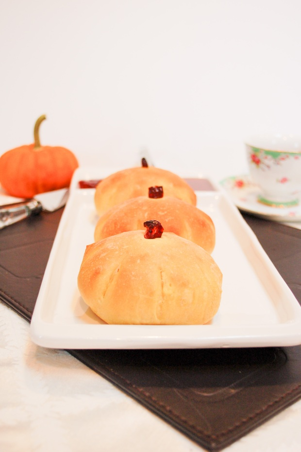 pumpkin-dinner-buns-recipe-by-mommyoutnumbered-com5